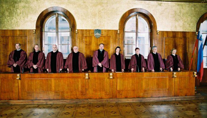 Sestava ustavnih sodnikov leta 2004
